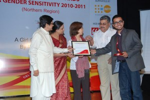 Receiving the award from Kiran Bedi